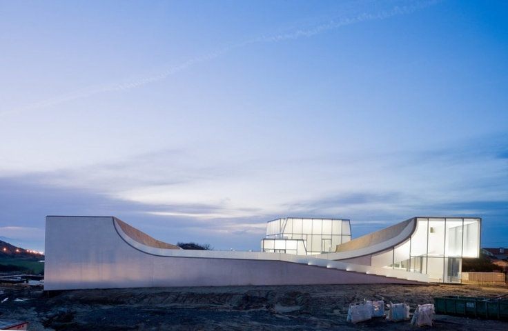 Muzeum surfingu je ukryto pod vlnami a na střeše má bazén pro skateboardisty - http://art.ihned.cz/architektura/c1-57493150-muzeum-surfingu