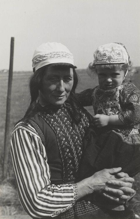 Grootmoeder en kleindochter in Marker streekdracht. 1943 #NoordHolland #Marken