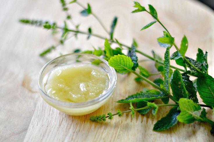 Verfrissende voetenscrub kan maken met suiker, natriumbicarbonaat, draagolie (zoals amandel, abrikoos of argan) en etherische olie van pepermunt. #diy #scrub #feet #natural #mint