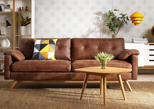 canapé en cuir brun cognac tableau plancher blanc de basse en bois pendentif en fauteuil rond noir