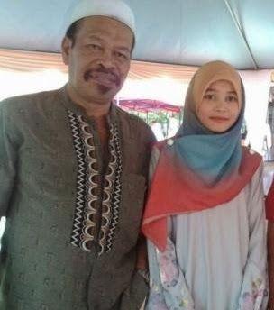 Mengejutkan.. Hijabers Cantik Ini Menikahi Gurunya Sendiri Yang Sudah Berumur 52 Tahun