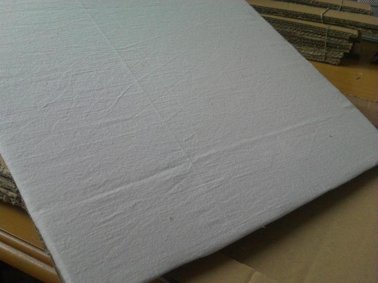 al carton lo forro con tela de sabanas viejas, pego por detras y luego pego las tiras