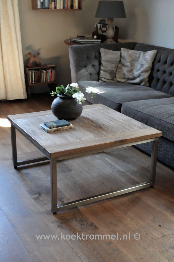 salontafel met onderstel van geborsteld metaal en een bovenblad van oud teakhout. Ver-krijgbaar in 60x60, 80x80, 120x80 en 140x80 cm.
