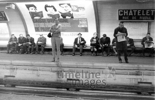 Pariserin am Bahnsteig der Chatelet Metrostation 1967 Juergen/Timeline Images #Atmosphäre #atmosphärisch #Design #Designkonzept #Farben #Konzept #kreativ #Kreativität #Moodboard #Mood #Stimmung #stimmungsvoll #Thema #Moodboardideen #Moodboarddesign #Paris #Cafe #Kontraste #Touristen #Jacken #Mäntel #60er