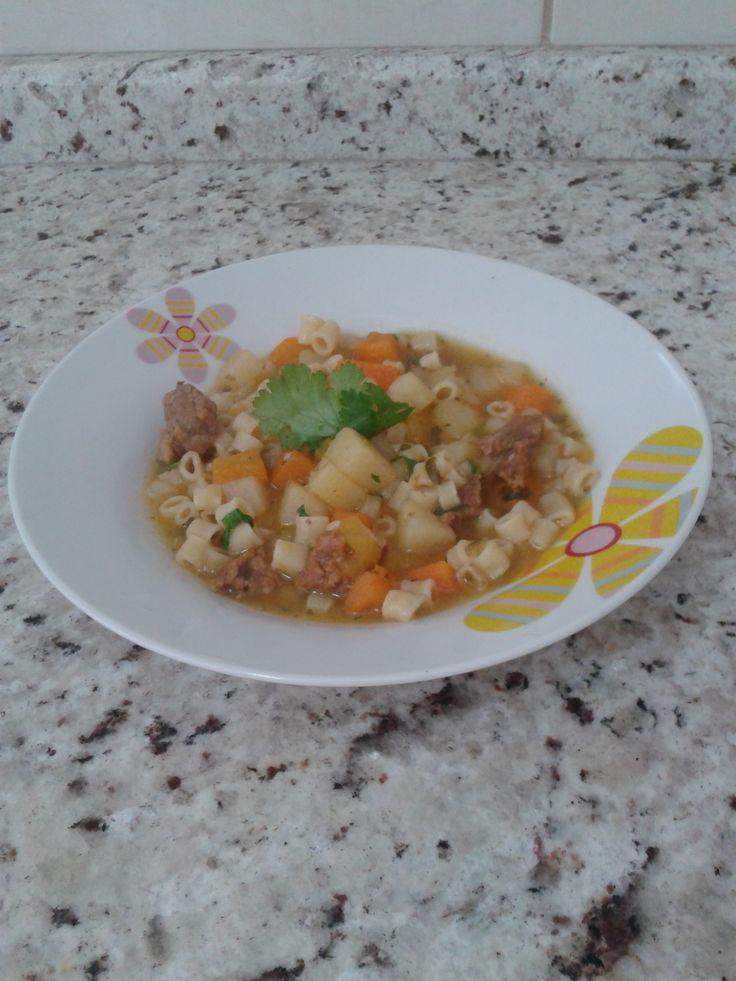 Aprenda a preparar a receita de Sopa de macarrão, legumes e carne