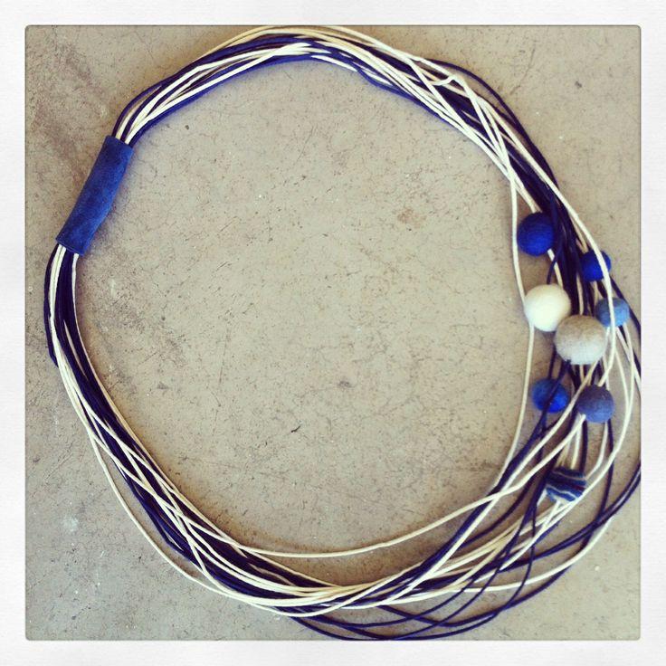 Collar cuerdas, fieltro y cuero
