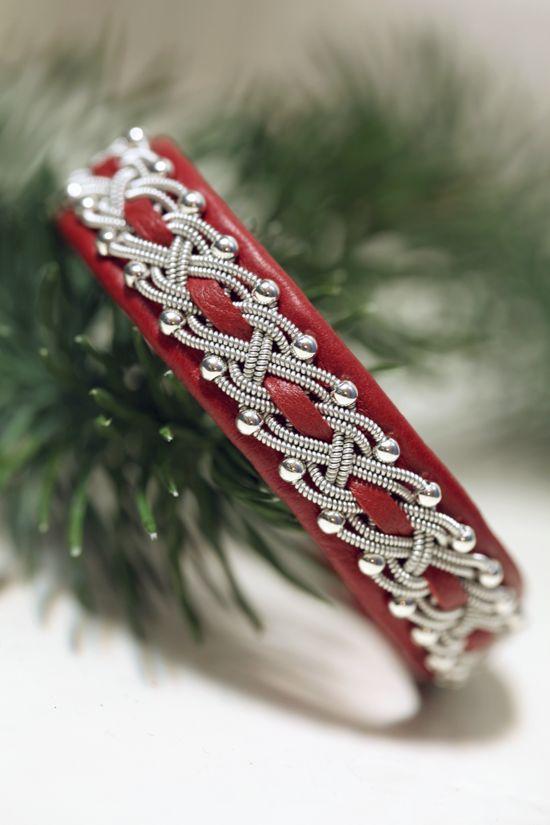 Lindas armband: Mellanbrett rött tennarmband med silverpärlor och inflätning