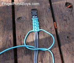 How to make a parachute cord bracelet... so I understand what Abby is doing.