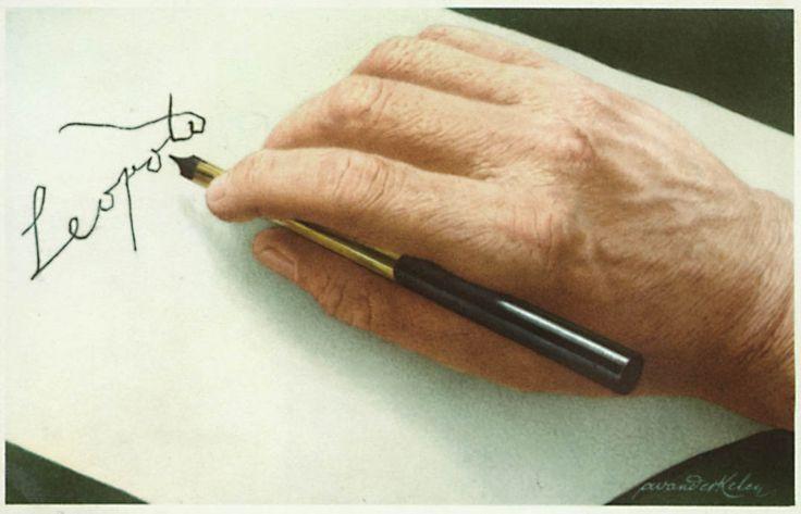 """De laatste handtekening - De internationale spanningen konden het bestaan van België bedreigen. Leopold II wou een sterk leger. 30 augustus 1938 Het """"loten"""" van de rekruten werd afgeschaft en de militaire dienstplicht ingevoerd. De wet werd goedgekeurd toen de koning op sterven lag, hij had nog net de kracht om er zijn handtekening onder te zetten."""