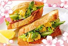 MAGGI   春野菜のスクランブルエッグサンド  キャベツとアスパラガスのスクランブルエッグと香ばしいベーコンをサンド。元気がでる朝食レシピです。お花見にどうぞ♪