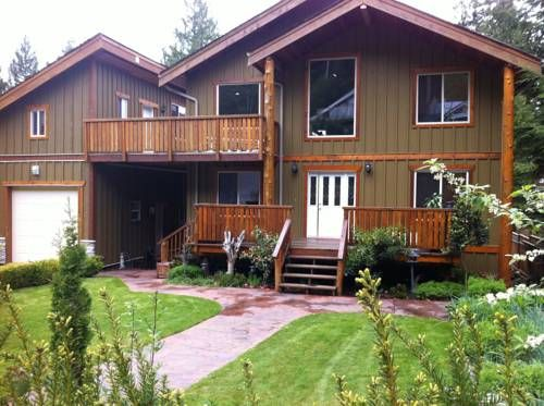 Chateau Cedro Rosso Madeira Park (British Columbia) Located in Madeira Park, this 4-bedroom house features 4 balconies and an outdoor fireplace. A fully equipped kitchen and a loft are offered. Francis Point Provincial Park is 10 minutes' drive away.