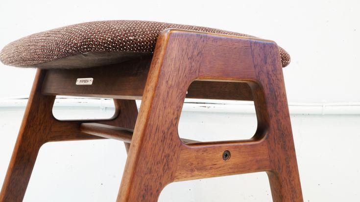 カリモク60とは、カリモク家具株式会社が1960年代から情熱を込めて作り続けているシンプルで品質が良く普遍的と言える家具を、60VISION(ロクマルヴィジョン)というプロジェクトに賛同し2002年に改めて位置づけられ『変わり続ける現代だからこそ変わらない価値を持つモノ』をコンセプトにした、古くて新しいブランド。瞬間接着剤のような揮発性接着剤も使用せず、何倍もの乾燥時間が必要となっても、人に優しいものづくりを優先し、木を知り尽くしたカリモクだからできる乾燥技術で狂いや割れが生じない家具づくり。シルエットは温かさを感じるやさしい曲線を持ち、メイドインジャパン、確かな技術、これがカリモク60の家具の大きな特徴です。こちらのスタッキングスツールもカリモク60らしくシンプルで温かみを感じられるデザインとなっております。最大4脚までスタッキング可能で、ダイニングテーブルに合わせても良し、フットレストや踏み台など様々なシチュエーションでお使い頂けるスツールです。お探しだった方は、是非この機会にいかがでしょうか。~【東京都杉並区阿佐ヶ谷北アンティークショップ…