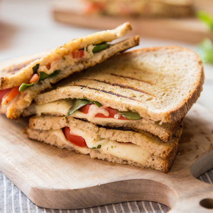 Schnelle Stulle oder krosse Pizza Margherita? Mit diesen schnellen Grill-Sandwiches musst du dich endlich nicht mehr entscheiden.