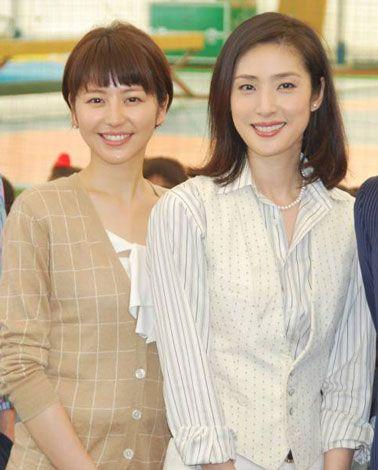 ドラマ『GOLD』制作発表会見に出席した長澤まさみ(左)と天海祐希 (C)ORICON DD inc.