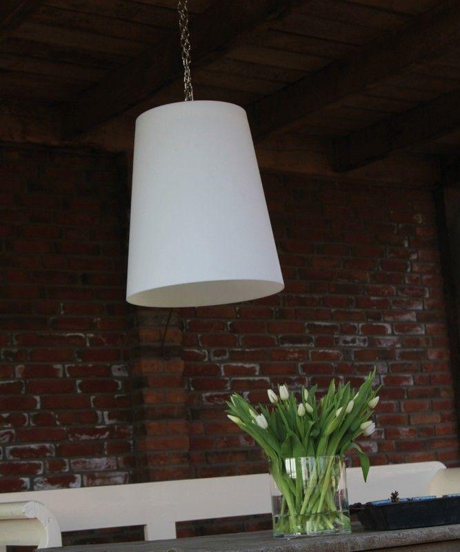 Hanglamp voor buiten, bij overkapping. De Gacoli No.1 Hang lampen zijn voorzien van een mooie RVS ketting met S-haak, zodat u deze eenvoudig in bijvoorbeeld een boom kunt hangen. En hoewel de naam anders doet vermoeden is het uiteraard ook mogelijk de No.1 Hang gewoon ergens op de grond te zetten. Deze en de volgende vier lampen uit deze serie hebben kappen die allemaal van hetzelfde formaat zijn.