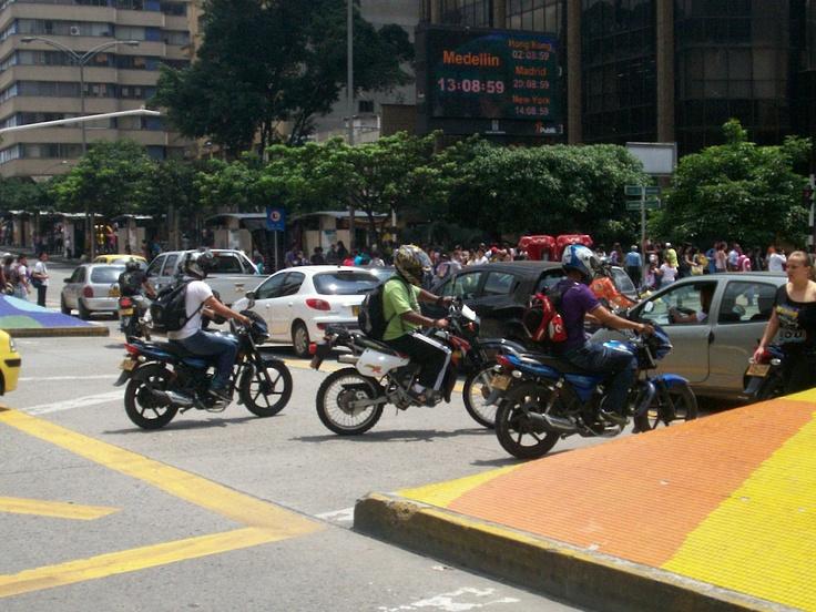 Motos contra carros, en la Playa con la Avenida Oriental. Sábado 21 de abril.