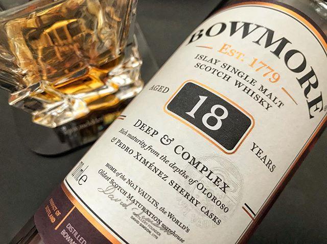 """Bu aralar Bowmore 18 diyince """"hangisi?"""" sorusunu sormak gerekiyor zira Bowmore 18 ve Bowmore 18 Deep & Complex olmak üzere iki farklı şişe var. Dikey tadım notlarım sitemdeki son yazımda  @bowmoredistillery #Bowmore"""