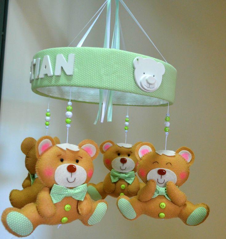 Lindo mobile de berço com 4 ursinhos fofinhos para enfeitar o quartinho do bebê. <br>Todos costurado a mão. Ursinho confeccionados em feltro, base em algodão com o nome em MDF. <br>Base mede 25cm de diâmetro. <br>Ursinhos medem 13 de altura. <br> <br>Faço sob encomenda nas cores que desejarem.