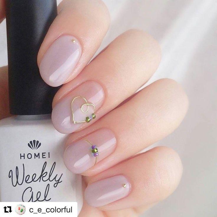 @c_e_colorful さまがご紹介していただいているHOMEIウィークリージェルのワイヤーネイルで、ワイヤーにビーズを通しているのが、とっても可愛いです。 ご紹介ありがとうございます✨ #Repost @c_e_colorful with @repostapp ・・・ * とうとう手を出しちゃいました☺ ウィークリージェル #くるみミルク の肌なじみの良さよ…✨ というか私の自爪のトーンとほぼ一緒❓ 中指と薬指は一応丸フレンチなのですが、窓際だと境目全然分かんない * ワイヤーでくるりんハートとビーズ通すの ずっとやりたかったのがやっとできたー❤ ジェルのツヤはやっぱりいいなぁ✨ * @homei_nail #ウィークリージェル WG-0 Clear WG-22 Walnut Milk * #セルフネイル#セルフネイル部#セルフジェルネイル#HOMEI#wg0#wg22#ワイヤーネイル#ビーズネイル#秋ネイル#シンプルネイル#美甲#指甲油#nails#instanails#nailstagram