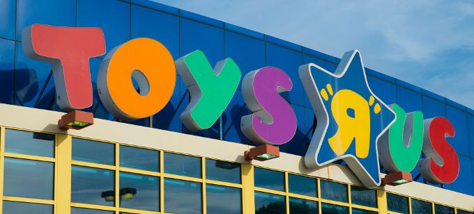 Toys R Us is bringing Selfie Stations and augmented reality booths to its stores to increase its in-store shopping experience for customers.