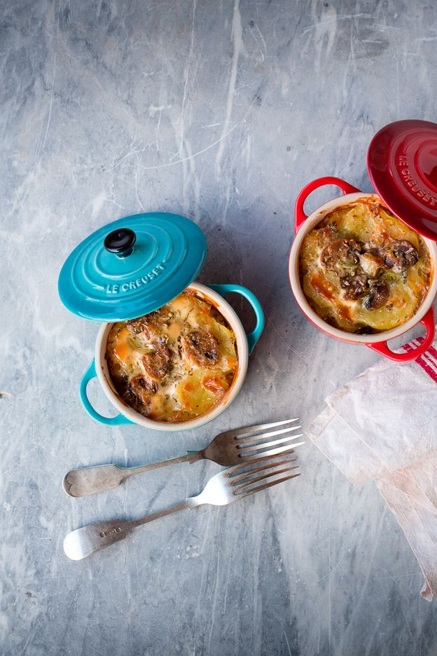 """Gratin di patate rosse con funghi e groviera - Ricetta tratta dal blog di Marianna:""""www.mentaeliquirizia.com/"""" - Mini cocotte in gres smaltato colore rosso e blu caribe @LeCreusetItalia #food #cucina #ricette #gratin #patate #funghi #groviera #contorni"""