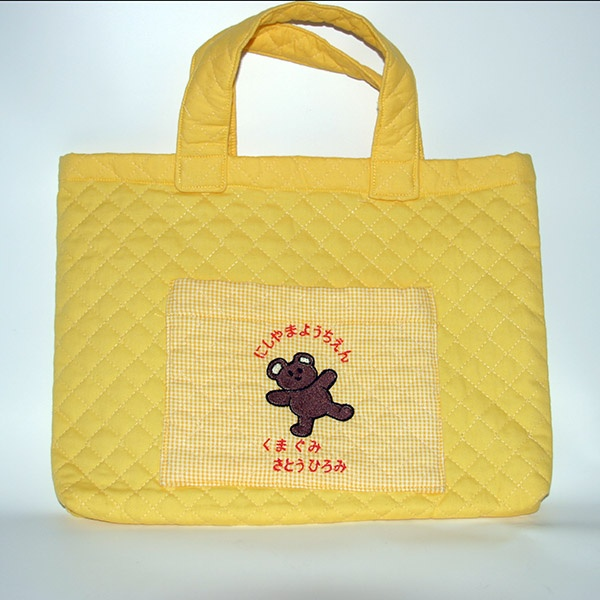 底布をなくしてポケットを追加。ポケットにはネーム刺しゅうとクマさんの刺しゅうをいれました。  Eliminate bottom cloth and add a pocket. Feature embroidery of name and little bear on pocket.  #レシピアレンジ #bag #handmade #手づくり #ジャガーミシン #バッグ #通園 #おけいこ #recipearrangement
