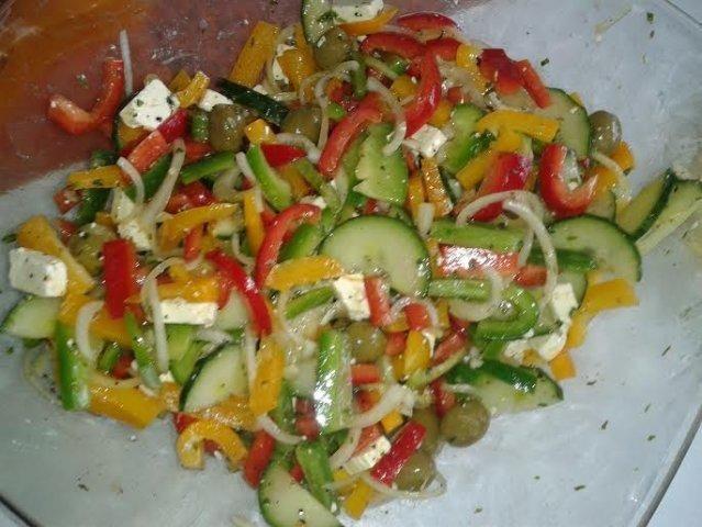 Das perfekte Griechischer Salat-Rezept mit Bild und einfacher Schritt-für-Schritt-Anleitung: Paprika putzen und waschen.Zwiebeln schälen.Salatgurke…