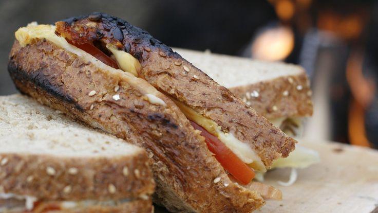 Både lunsj, middag og dessert kan lages og spises utendørs. Tur- og hyttemat er mer enn appelsiner, Kvikk Lunsj og pølser.