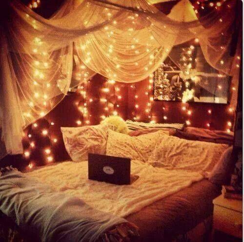 Foto: Dort lässt es sich bestimmt super schlafen & träumen <3 Bei der Lichterkette handelt es sich übrigens um kleine LED Lampen die nicht heiß werden und ein tolles warmes Licht geben. Diese gibt es z.B. hier ==> http://amzn.to/1kPt1rm