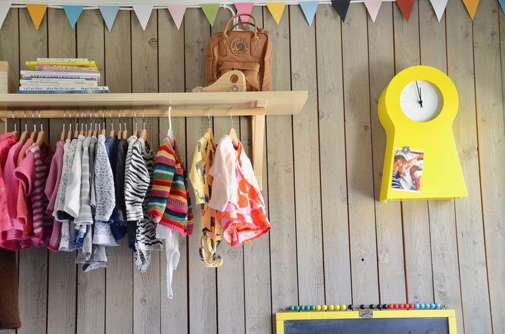 Gör en snygg förvaring av barnkläder på galge. Färgglatt barnrum.