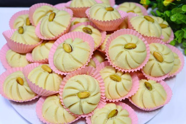 حلوة الوردة فخمة راقية ولذيذة جدا بمكونات بسيطة ومتوفرة في كل بيت الغريبة الشامية بتدوب في الفم بدون قالب حلويات العيد 2020 مع ر Food Lebanese Recipes Desserts