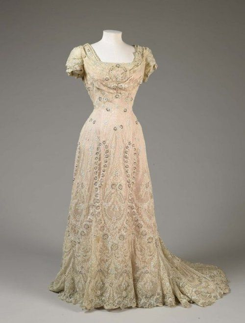 fripperiesandfobs:  Evening dress, 1906 From the De Young Museum