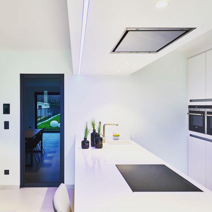 Zwarte deur met Dark Grey glas en een onzichtbare IBO omlijsting. De greep is een verticaal U-profiel 20x20mm #zwartedeuren