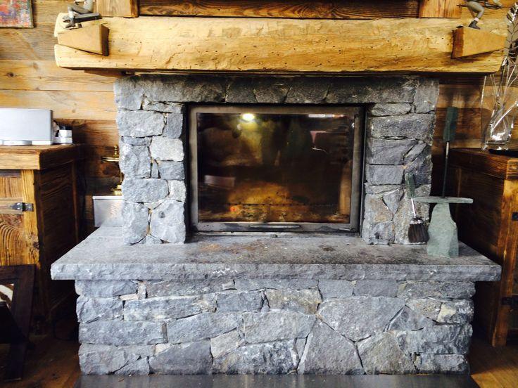 25 - Chimenea de piedra con dintel de madera y puerta de cristal (que se puede subir o abrir lateralmente).