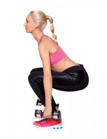 Agachamento com insistência De pé, tronco bem alinhado, pernas levemente afastadas e braços estendidos ao longo do corpo, segurando os halteres. Flexione os joelhos até formarem um ângulo de 90 graus. Ao descer, incline o tronco para a frente, mas sem desalinhá-lo. Quando chegar bem próximo ao chão, dê um pequeno impulso para cima, como se fosse levantar, mas agache novamente. Depois disso, aí sim, volte à posição inicial. Lembre-se de manter os braços estendidos durante a descida e subida.