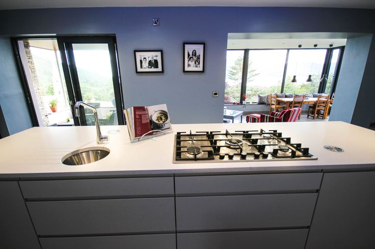 This island unit combines a gas hob, circular sink and hidden plugs and is finished with lots of storage space for all your cooking utensils.