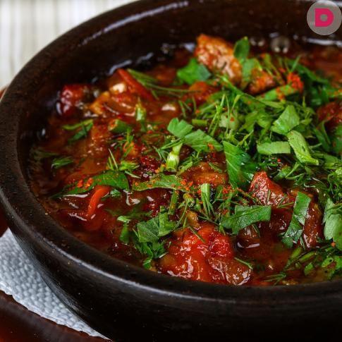Тушеное мясо с баклажанами и помидорами