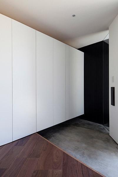 大容量の玄関収納(『浅間町の家』黒と深みのある木目が調和する落ち着きのある空間) - 収納事例|SUVACO(スバコ)