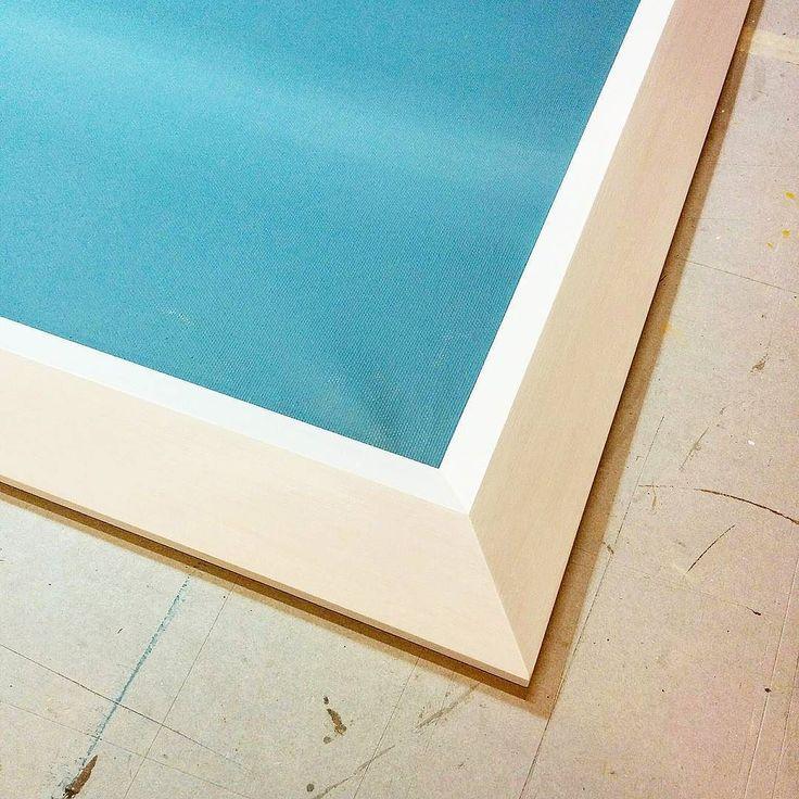 """""""Mi vesto di bianco""""... così ha sussurrato questo dipinto. E noi lo abbiamo accontentato.  #cornici #bianco #celeste #luci #ombre #contrasti #stile #artigiano #fattoamano #white #blue #pictureframe #style #design #contemporary #wood #chiavari #cornicidaincorniciare"""