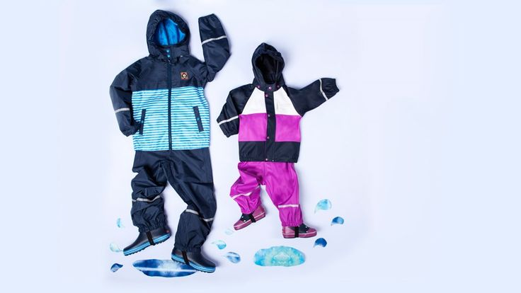 Vandpytterne lokker mine børn i en grad, hvor de svømmer ture og danser regndans i dem. Få mine tips til at vælge regntøj lige her.