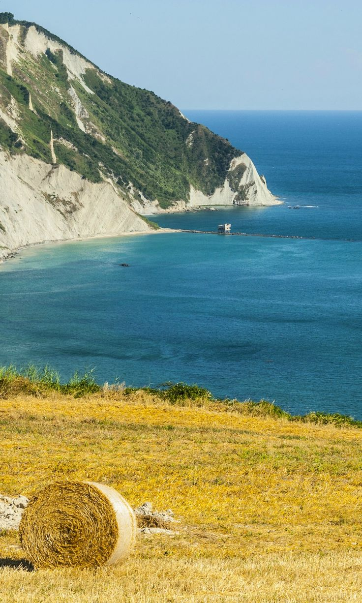 Bellissime spiagge, baie, grotte marine e boschi: Riviera del Conero, al centro…