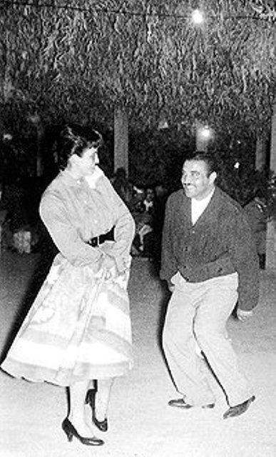 """LOYOLA PÉREZ, (Eduardo), también conocido como el """"Guatón Loyola"""", (Quillota 1925, 1978). Último hijo de una familia de trece hermanos, estudió en los Padres Franceses y se casó en 1957 con doña María Luisa Trivelli. Ejerció el oficio de martillero de ferias ganaderas toda su vida. Una noche, en un rodeo en el fundo Don Chacra de Parral por defender a las damas que atendían el casino don Eduardo Loyola Pérez se metió en una pelea con tres afuerinos en la cual sacó, obviamente, el peor…"""