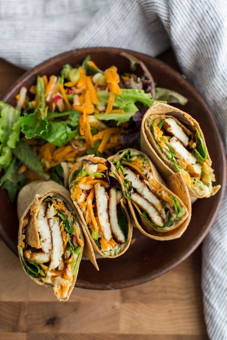 Vegetarische wraps gevuld met hummus, halloumi en verschillende groente. Makkelijk en een perfect lunchbox idee.