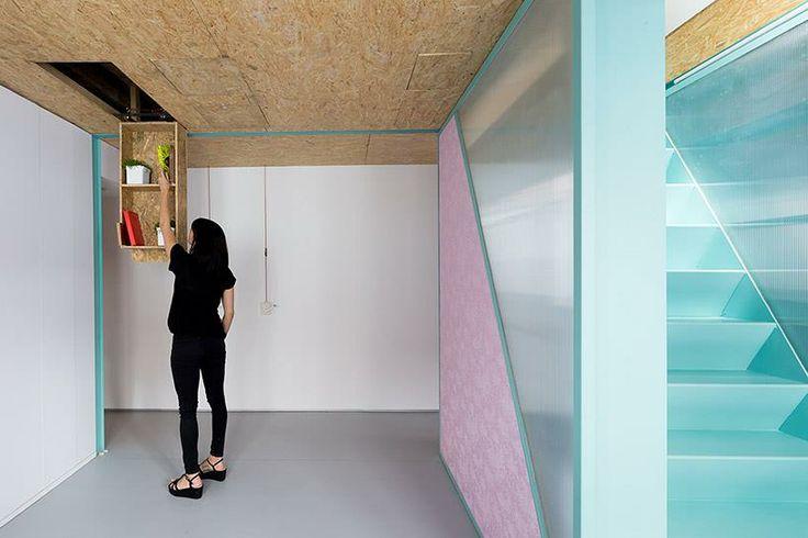 Otáčením rukojetí jsou ovládány kladky, jejichž manipulací se ovládájí skryté dispozicemi apartmánu. a: Elii Architects www.elii.es f a v: Miguel de Guzmán