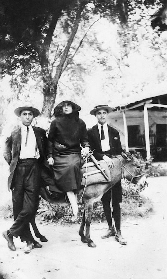 Δυο άντρες και μια γυναίκα σε μουλάρι την 27η Αυγούστου 1924. Πιθανότατα πρόκειται για τον Moise και τη Buena Frances και κάποιο φίλου τους.  Συλλογή Mathilda Frances-Klapholz - United States Holocaust Memorial Museum