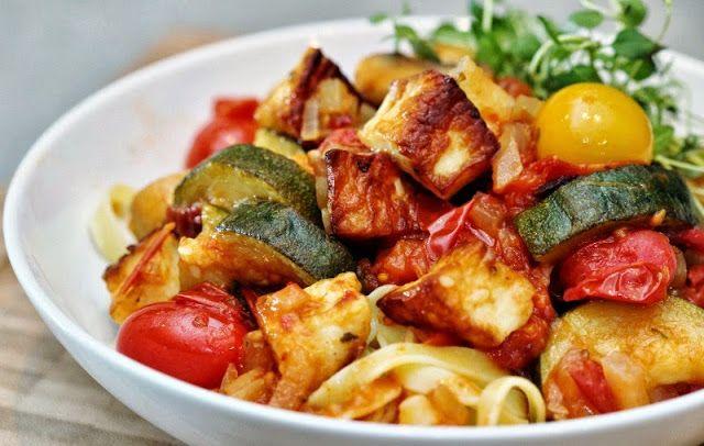 Halloumigryta med squash, svamp och tomater.