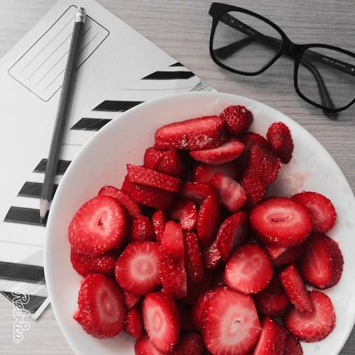 grafika strawberry, fruit, and glasses