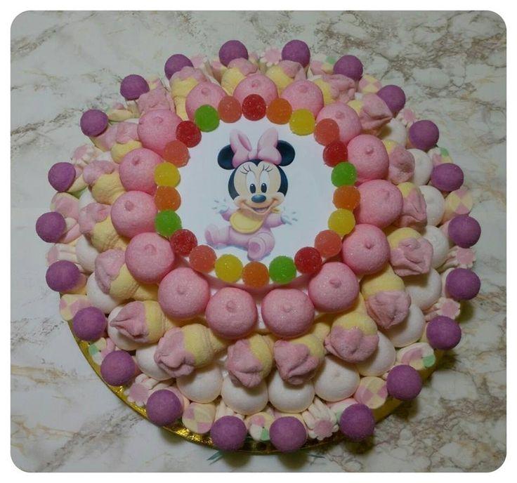 Questa torta è ideale per festeggiare il primo compleanno di una piccola principessa..Il rosa prevalente e la coroncina di mini bon bon colorati rimandano subito all'odore di borotalco di cui sono avvolti i bambini, alle loro fattezze minute, alla loro purezza. #torta #torte #tortedicompleanno #tortedicaramelle #candycake #candycakes #caramella #caramelle #marshmallow #caramellegommose #birthday #battesimo #minnie #baby