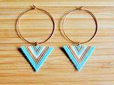 Boucles d'oreilles pendantes (5,5 cm env) attaches en plaqué or gold filled 14 carats, forme losange motif graphique. Tissage peyote à la main en perles Miyuki Délicas (perles japonaises en verre...