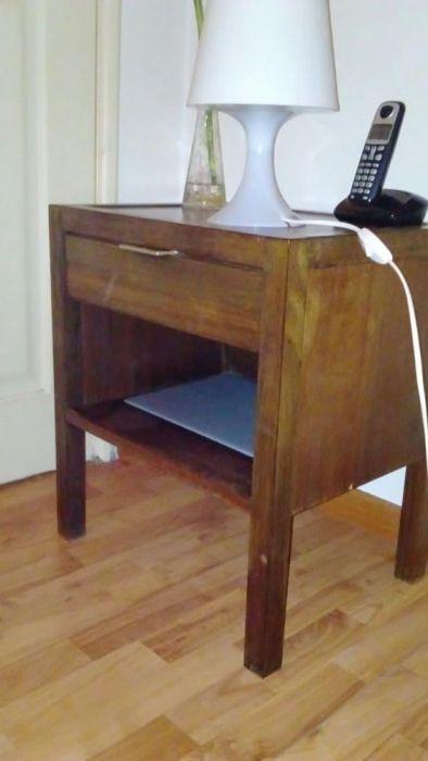 20 €: Mesa de cabeceira vintage em madeira maciça com 55cm de altura e 38cm de largura por de 38cm comprimento.  Transporte a cargo do comprador.